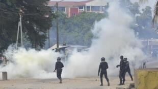 La police ivoirienne fait face au voisinage de Yopougon manifestant contre un centre de dépistage du coronavirus à Abidjan, le 6 avril 2020.