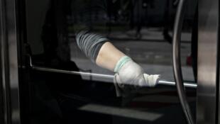 ویروس کرونا روی سطوح پلاستیکی و فولاد ضدزنگ عمر بیشتری دارد