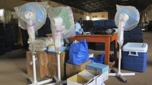 Un lot de matériel électoral, en attente à Bamako, la semaine dernière. Il doit être livré dans le nord du pays.