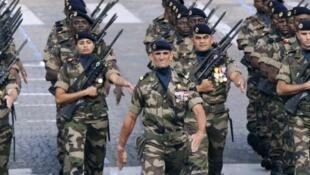 Le défilé des militaires, avenue des Champs Elysées, à Paris, le 14 juillet 2011.