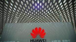 ស្លាកនៃក្រុមបច្ចេកវិទ្យាចិន Huawei នៅ Shenzhen ខេត្តGuangdong ប្រទេសចិនថ្ងៃទី១៧មករា២០១៩
