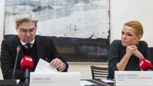 A ministra dinamarquesa da Integração, Inger Stojberg, e o ministro da Justiça, Soren Pind,  durante coletiva sobre a situação da migração atual, em Copenhague, 04 de janeiro de 2016.