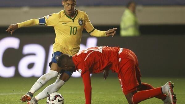 Neymar, em lance na partida contra o Peru, em Temuco.