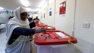 Líbios votam na cidade de Misrata, nesta segunda-feira.