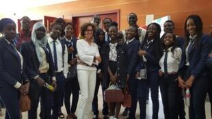 Emmanuelle Bastide avec des étudiants à Dakar.