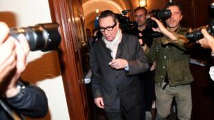 Cercado por câmeras, Jean-Claude Arnault evitou falar com a imprensa ao chegar no tribunal.