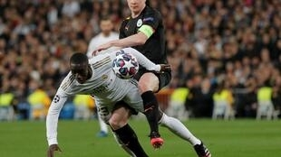 Le Belge de Manchester City Kevin De Bruyne bouscule le défenseur français du Real Madrid Ferland Mendy, en huitième de finale de la Ligue des champions UEFA.