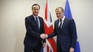 O chefe do governo britânico, David Cameron, avistou-se com o Presidente do Conselho Europeu, Donald Tusk, neste 18 de Fevereiro na cimeira de Bruxelas.