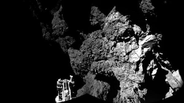 """O robô espacial Philae está estacionado no cometa """"Tchouri"""" desde novembro de 2014."""