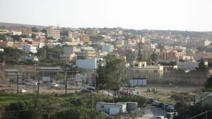 Fronteira entre o Marrocos e a Espanha. À esquerda o golf de Melilla. Ao fundo, Farjana, Marrocos.