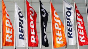 Cờ của của tập đoàn dầu khí Tây Ban Nha Repsol trước trụ sở hội nghị thường niên các cổ đông tại Madrid. Ảnh ngày 19/05/2017