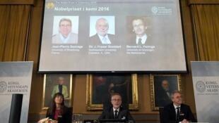 Membros da Academia Real de Ciências apresentam o trio vencedor do Nobel de Química nesta quarta-feira, 5 de outubro de 2016, em Estocolmo
