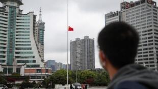 A bandeira nacional foi colocada a meio pau em toda a China em homenagem às vítimas do coronavírus neste sábado, 4 de abril de 2020.