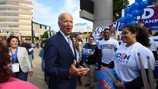 Le candidat Joe Biden salue les sympathisants à la Convention du parti démocratique du New Hampshire à Manchester, le 7 septembre 2019.