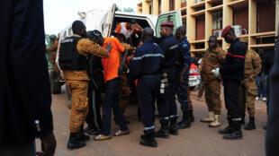 Cảnh con tin được giải thoát ở Ouagadougou. Ảnh ngày 16 /01/2016.