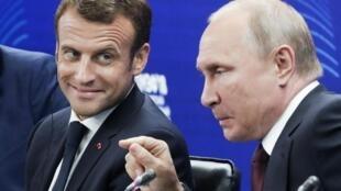 Tổng thống Nga Vladimir Putin (P) và nguyên thủ Pháp Emmanuel Macron tại Diễn đàn Kinh tế Quốc tế ở Saint Petersburg, Nga ngày 25/05/2018.