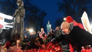 Người dân đặt vòng hoa và nến tưởng niệm các nạn nhân của nạn đói Holodomor năm 1932-1933 tại Kiev, ngày 23/11/2019.