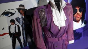 """A roupa usada por Prince em """"Purple Rain"""" em destaque na exposição """"My name is Prince"""", em Londres, em 26 de outubro de 2017."""