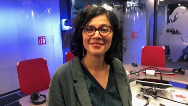 A co-presidente da associação 'Brésil em Mouvements', Erika Campelo, nos estúdios da RFI, em Paris.