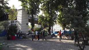 Centenas de migrantes e refugiados organizam-se para enfrentar dificuldades, em Paris