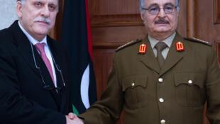 Le maréchal Haftar serre la main au chef du gouvernement d'union nationale, Fayez al-Sarraj, le 31 janvier 2016 (Image d'archive).