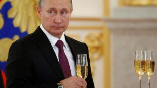 Champagne pour le président russe Vladimir Poutine, à l'occasion d'une cérémonie de remise de leurs titres diplomatiques aux ambassadeurs étrangers au Kremlin, le 9 novembre 2016.