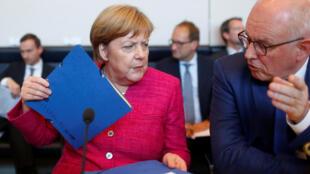 A chanceler alemã, Angela Merkel, com o líder do grupo parlamentar do partido CDU CSU, Volker Kauder, durante uma reunião em Berlim. 26/06/18.