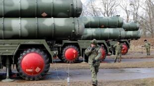 """Hệ thống tên lửa địa đối không S-400 """"Triumph"""" của Nga được triển khai tại một căn cứ quân sự ở Gvardeysk, gần Kaliningrad, Nga, ngày 11/03/2019."""