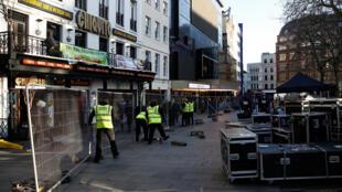 """Phim Mulan - Hoa Mộc Lan """"biến mất"""" khỏi các rạp tại Luân Đôn. Nhân viên của rạp hát thu dọn thảm đỏ sau buổi ra mắt đầu tiên."""