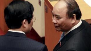 """Giảm nợ công, một những hồ sơ """"nóng"""" đang chờ tân thủ tướng Nguyễn Xuân Phúc ( phải )."""