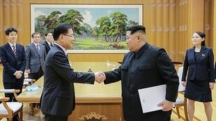 Lãnh đạo Văn Phòng An Ninh Quốc Gia Hàn Quốc Chung Eui Yong (T) gặp lãnh đạo Bắc Triều Tiên Kim Jong Un, Bình Nhưỡng, ngày 06/03/2018