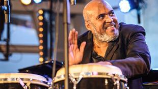 O percussionista brasileiro Edmundo Carneiro mora há mais de 30 anos na França, onde desenvolve diversos projetos musicais.