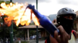 一名反對馬杜羅總統人士在遊行中手持燃燒瓶的資料圖片