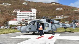 Un helicóptero entrega insumos médicos a un hospital en Tórtola, en las islas Vírgenes Británicas, este 9 de Septiembre de 2017.