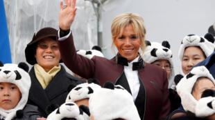 A primeira-dama francesa Brigitte Macron batiza o bebê panda no zoológico de Beauval durante uma cerimônia em 4 de dezembro.