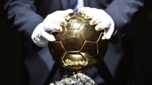 Quả Bóng Vàng, phần thưởng cao quý nhất làng bóng đá thế giới.
