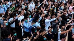 """香港民众抗议示威,伸出五指表示""""五大诉求,缺一不可"""""""