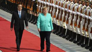 中国总理李克强与德国总理默克尔 2019年9月6日周五 于北京 Angela Merkel à son arrivée à Pékin avec le Premier ministre chinois Li Keqiang. Le 6 septembre 2019.
