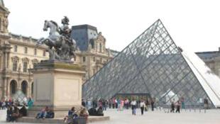 Стеклянная пирамида во дворе Лувра
