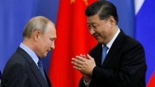 Tổng thống Nga Vladimir Putin và chủ tịch Trung Quốc Tập Cận Bình tại Diễn đàn Kinh tế Saint-Petersburg ngày 06/06/2019.