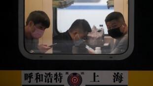 Pasajeros utilizan máscaras en la estación de tren de Shanghái, el 21 de enero de 2020.
