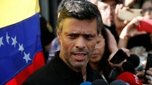 """Nhà đối lập Venezuela Leopoldo Lopez phát biểu trước đại sứ quán Tây Ban Nha nơi ông đang lưu trú với tư cách """"khách mời"""", Caracas, ngày 02/05/2019."""