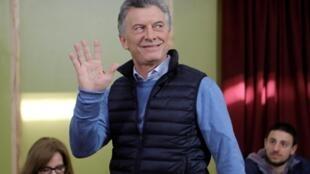 Mauricio Macri, que tenta se reeleger presidente, fotografado no momento do voto para as eleições primárias na Argentina.