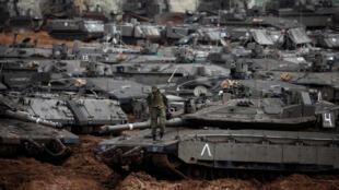 Soldado israelense patrulha a fronteira com a Faixa de Gaza nesta quarta-feira (27).
