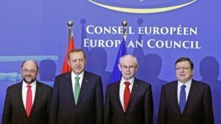 O primeiro-ministro turco, Recep Tayyip Erdogan (segundo da esquerda para a direita), e os dirigentes do Executivo europeu em Bruxelas.