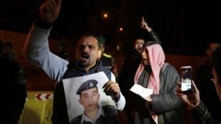 Familiares de Muath al-Kaseasbeh protestam diante do palácio real de Amã.