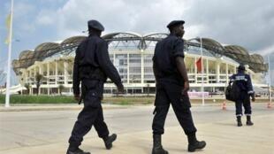Polícia angolana patrulha fente ao estádio Chiazi em Cabinda