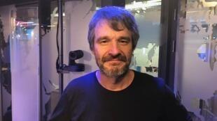 O cartunista Adão Iturrusgarai nos estúdios da RFI Brasil.