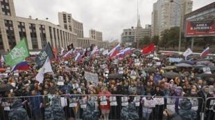 Cerca de 40 mil pessoas enfrentaram a chuva e participaram da quarta rodada de protestos neste sábado (10), em Moscou.