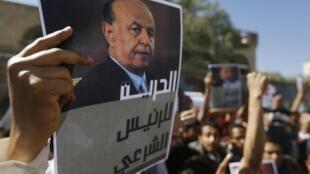 Em Sana, manifestantes pedem o retorno do presidente Abd Rabo Mansur Hadi.